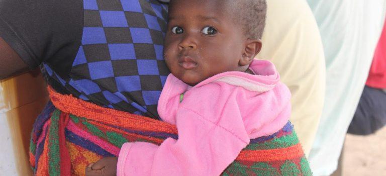 Jonge moeder bij de blindenschool