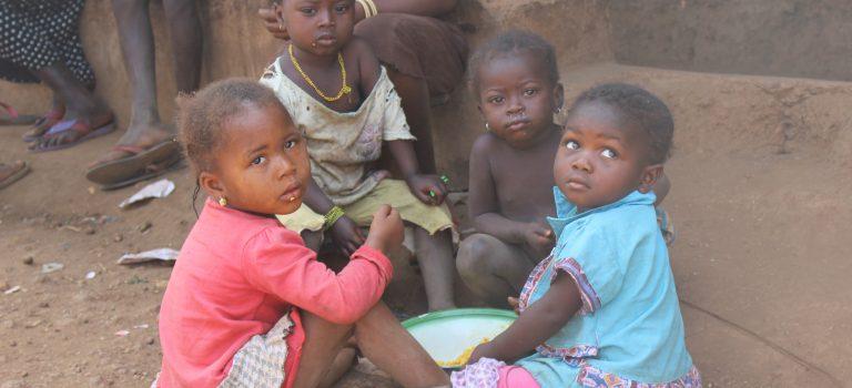 Indrukken in Semamaya Village, vrouwen en kinderen.